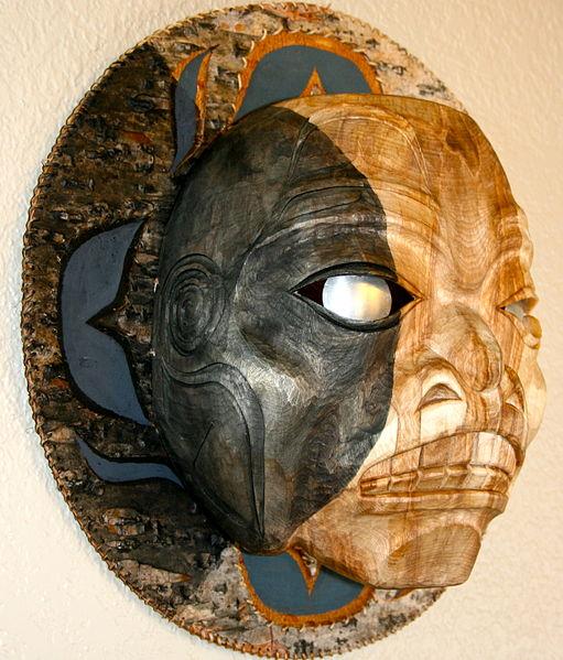 """Es una talla de una nueva historia: cuando la luna está en eclipse parcial, los lobos aúllan más. Visualmente eso es lo que esta pieza quiere narrar, una historia visual de C. Bruns. Una círcunferencia de15 """" hecha de corteza de abedul, Roots Abeto y pintura acrílica. Frente a 9"""" de altura y 7 1/2 """"de ancho de madera de abedul, pinturas acrílicas y los ojos de aluminio. Foto: Benjamin Schleifman"""