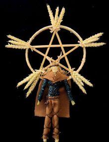Esto muestra un ídolo o muñeco de maíz. Representa al dios Sol celta Lugh, en la celebración de Lughnasadh o Lammas. La imagen fue puesta a la venta en eBay bajo el seudónimo  Mountainash333. Wikimedia, 17 mayo 2012