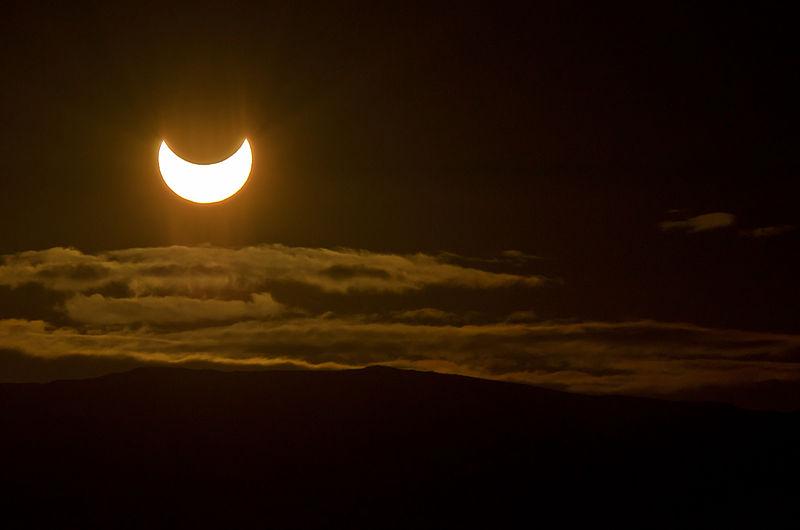 Rhys Jones. Foto de un Eclipse parcial de sol de medianoche en latitudes más septentrionales. Esta foto fue tomada en Tromsø, Noruega el Martes, 31 de mayo de 2011. Wikimedia Commons 4 junio 2011
